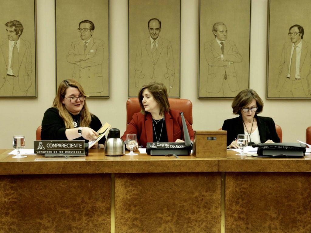 Pilar Cancela, presidindo a Comisión de Igualdade do Congreso xunto á responsable da Área de Dereitos e Igualdade de Oportunidades do Consello da Xuventude de España, Carla Millán.