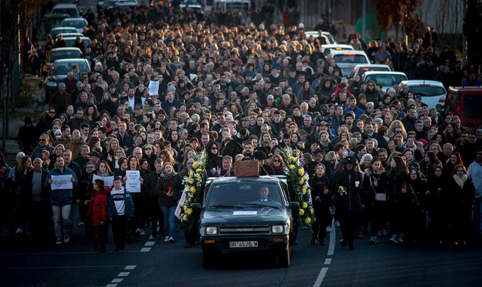 Multitudinaria manifestación o pasado 7 de decembro, na que se escenificou un funeral en Verín polo peche da sala de partos. Fotos: Brais Lorenzo.
